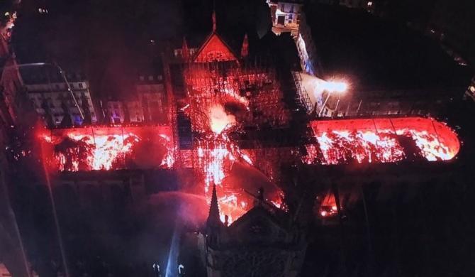 Inferno di fuoco a Notre Dame de Paris