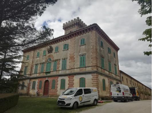 Il consolidamento del nodo terreno fondazione eseguito per stabilizzare una porzione di un edificio storico in provincia di Pisa.