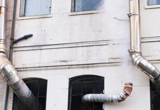Come appoggiare una canna fumaria al muro comune perimetrale di un condominio?
